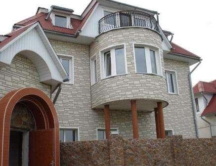 Облицовка фасада дома пластиковыми панелями под камень