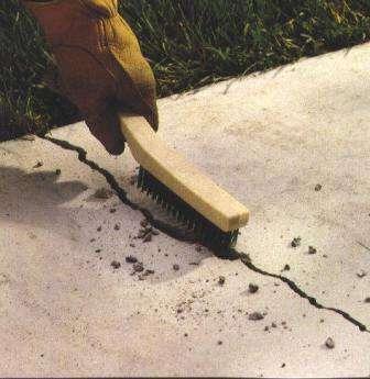 Затем производится удаление из бороздки пыли пылесосом с последующей очисткой ее щеткой, водой вперемешку с моющим средством