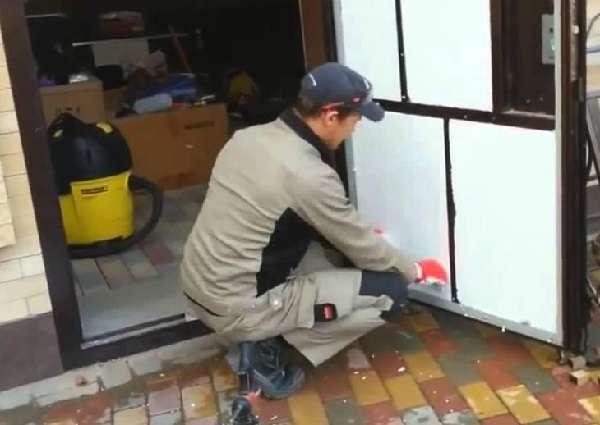 Утеплять двери в частном доме своими руками лучше с обеих сторон