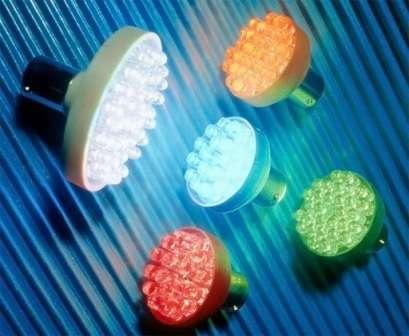 В таком устройстве множество кристаллов размещены на одной плате. Все они покрытых люминофором.