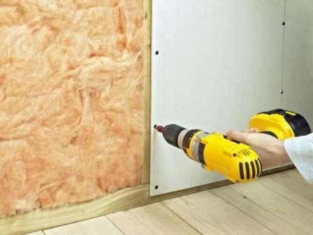 После закрепления звукоизолирующей прослойки можно приступать к монтажу гипсокартонных листов.