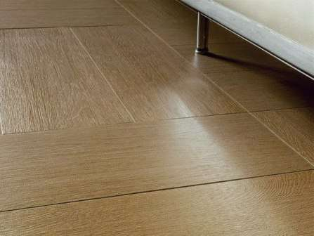 Один из самых стильных вариантов — плитка, имитирующая натуральный камень или дерево. Подходит для классического стиля и кантри.