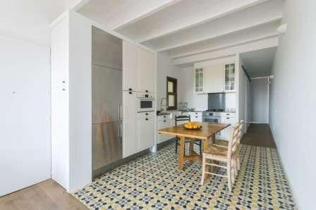 Небольшая плитка с рисунком уменьшит помещение кухню, но придаст ему уют.