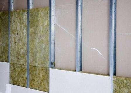 Гипсокартон + звукоизолирующая прослойка. В качестве прослойки, к стене прикрепляют минеральную вату или эковату.