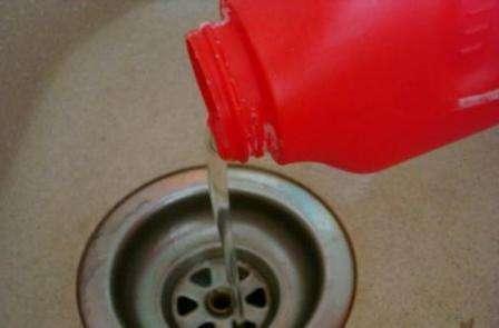 Обычно нужно поместить определенное количество средства в трубу, а по прошествии строго определенного времени промыть систему слива водой.