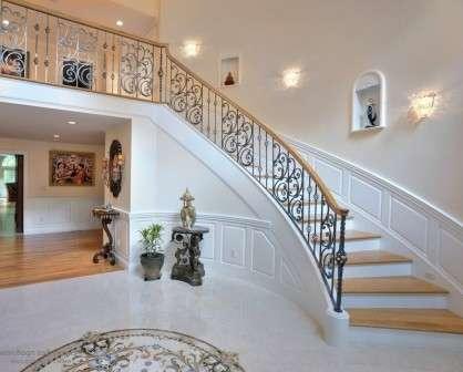 Зачастую на лестницу в доме возлагают роль акцентного элемента.