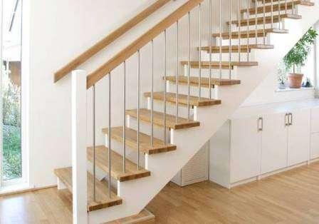 Лестницу в загородном доме следует воспринимать не только как функциональную деталь строения, но и как часть интерьера.