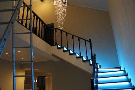 Самостоятельная работа над созданием лестницы в доме дает возможность получить уникальную конструкцию, подчеркивающую стилевое направление.