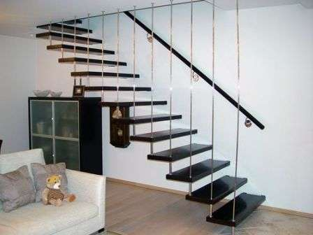 Вторая сторона каждой ступени монтируется в стену с помощью специальных приспособлений — больц.