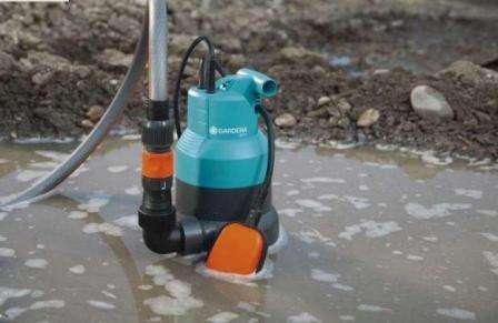 В сточную жидкость погружается только насос, двигатель же располагается на поверхности за счет специального поплавка.