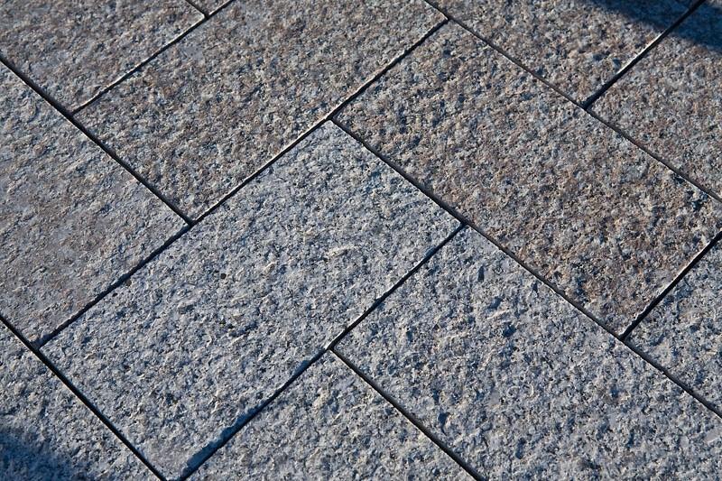 Гранитная плитка – надежное решение для мощения дорожек в парковых зонах
