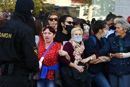 Участницы женского марша в Минске отбили мотоциклиста у силовиков