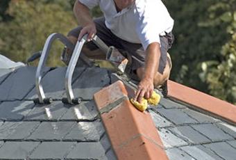 Как правильно сделать текущий ремонт крыши частного жилого дома на даче (гаража) своими руками: инструменты и материалы (мастика битумная кровельная), технология, процесс, советы, инструкции, правила, рекомендации