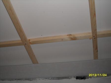 Монтаж панелей ПВХ на потолок