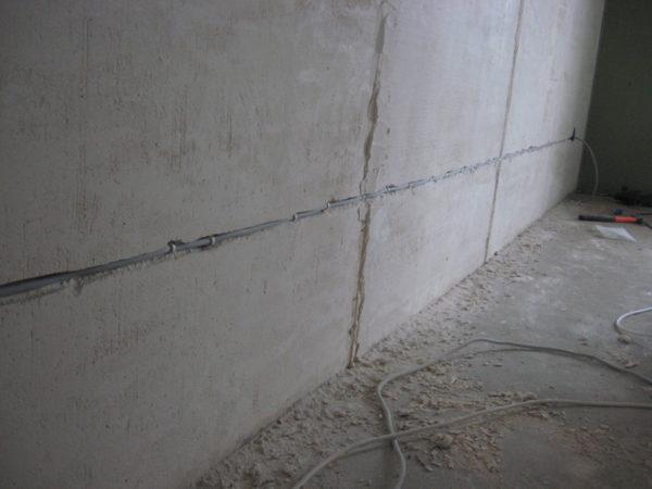 Как проложить электропроводку в бетонной стене?