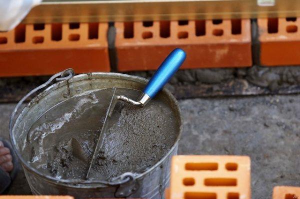 ведро с песчано-цементным раствором
