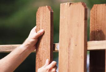 Забор из штакетника. Как построить забор самому